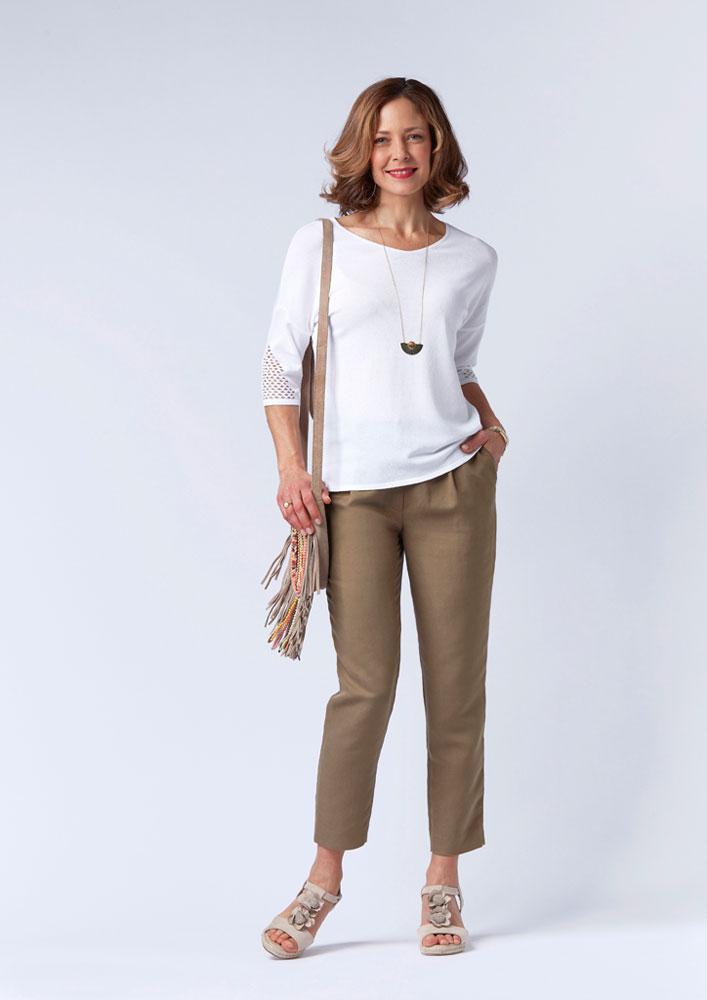 Pull blanc et pantalon kaki