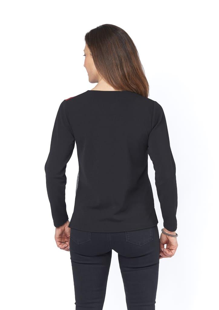 le dos du tee-shirt est noir
